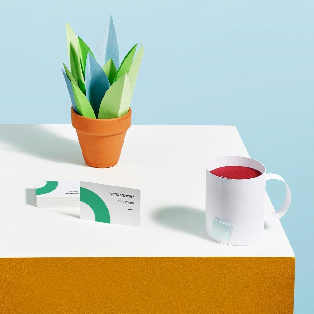 כרטיס ביקור על רקע של כוס תה מנייר